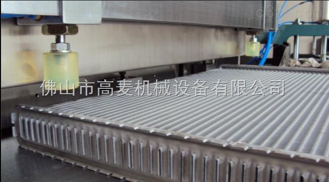 切割机采用独特的气-液方式驱动锯片,气缸夹紧材料